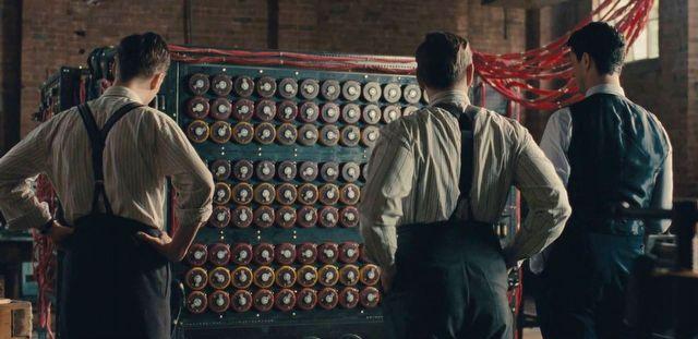"""foto: kadr z filmu """"Gra Tajemnic"""", podpis: polecam trzymający w napięciu film """"Gra Tajemnic"""" z 2014 roku. Niektórzy zarzucali mu, że za mało akcentuje dokonania Polaków. Ja się z tym nie zgadzam. To jest film o Turingu. A kto to? O, człowiek niepospolity, kojarzcie z nim: informatykę i sztuczną inteligencję."""